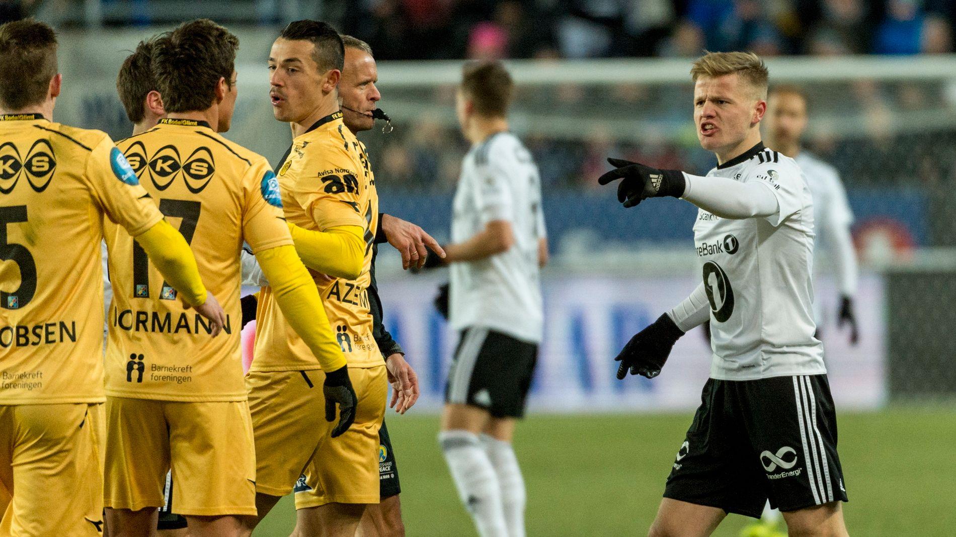 OMDISKUTERT: Glimt-spillerne flokker seg bak dommer Tommy Skjerven. Til høyre er Rosenborgs Fredrik Midtsjø. Glimt-spillerne var langt fra fornøyd med flere av dommerens avgjørelser underveis i kampen mot Rosenborg.