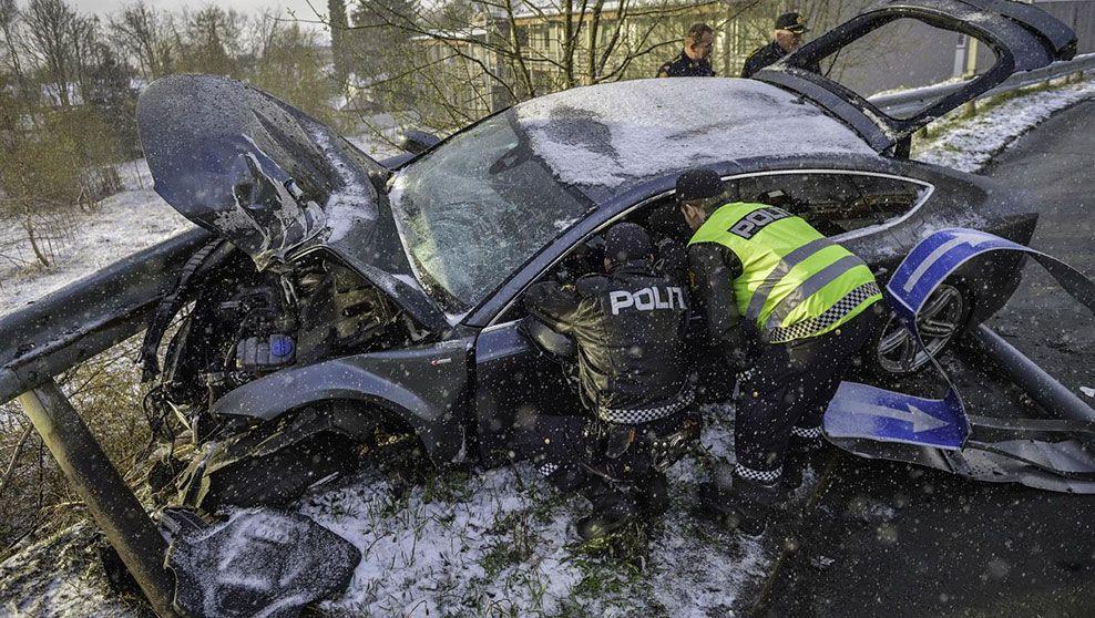 TOTALVRAKET: Slik endte Petter Northugs Audi, totalvraket i autovernet på Byåsen i Trondheim grytidlig søndag morgen. Foto: HENRIK SUNDGÅRD/SUNDGÅRD MEDIA