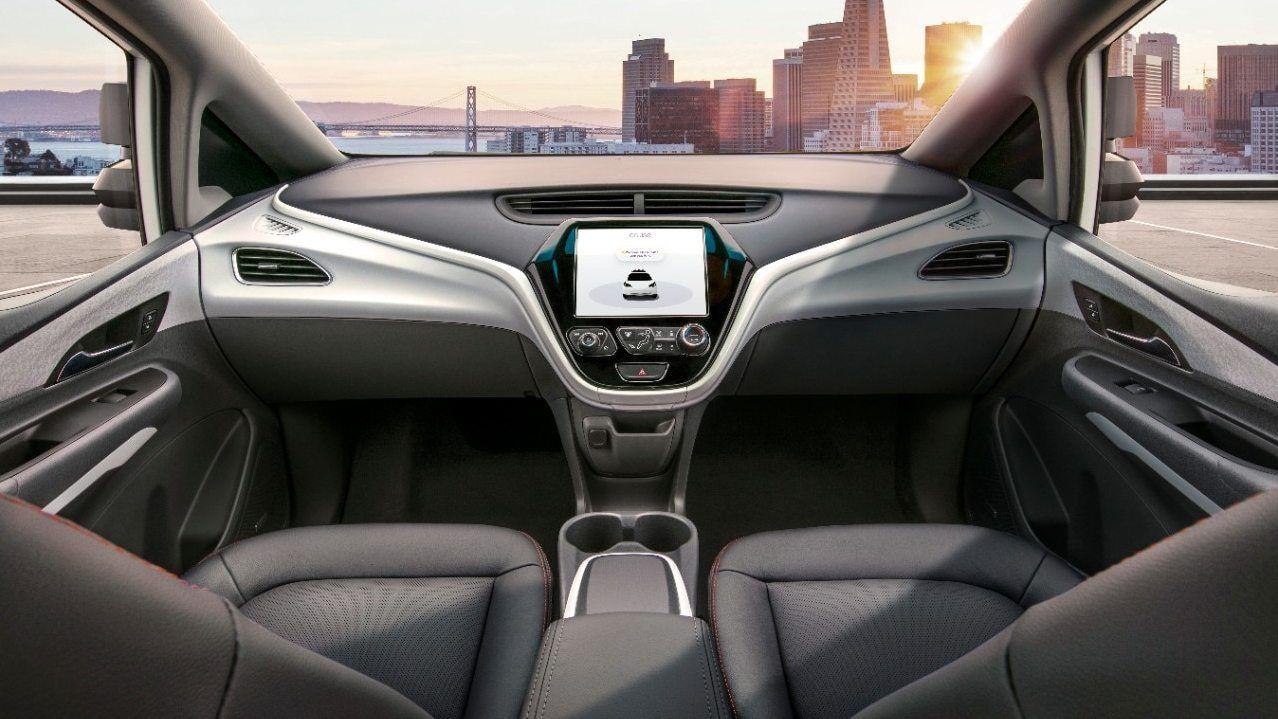 UTEN RATT: Slik ser det ut fra innsiden av de ratt- og pedalløse bilene som General Motors skal sette i produksjon neste år.