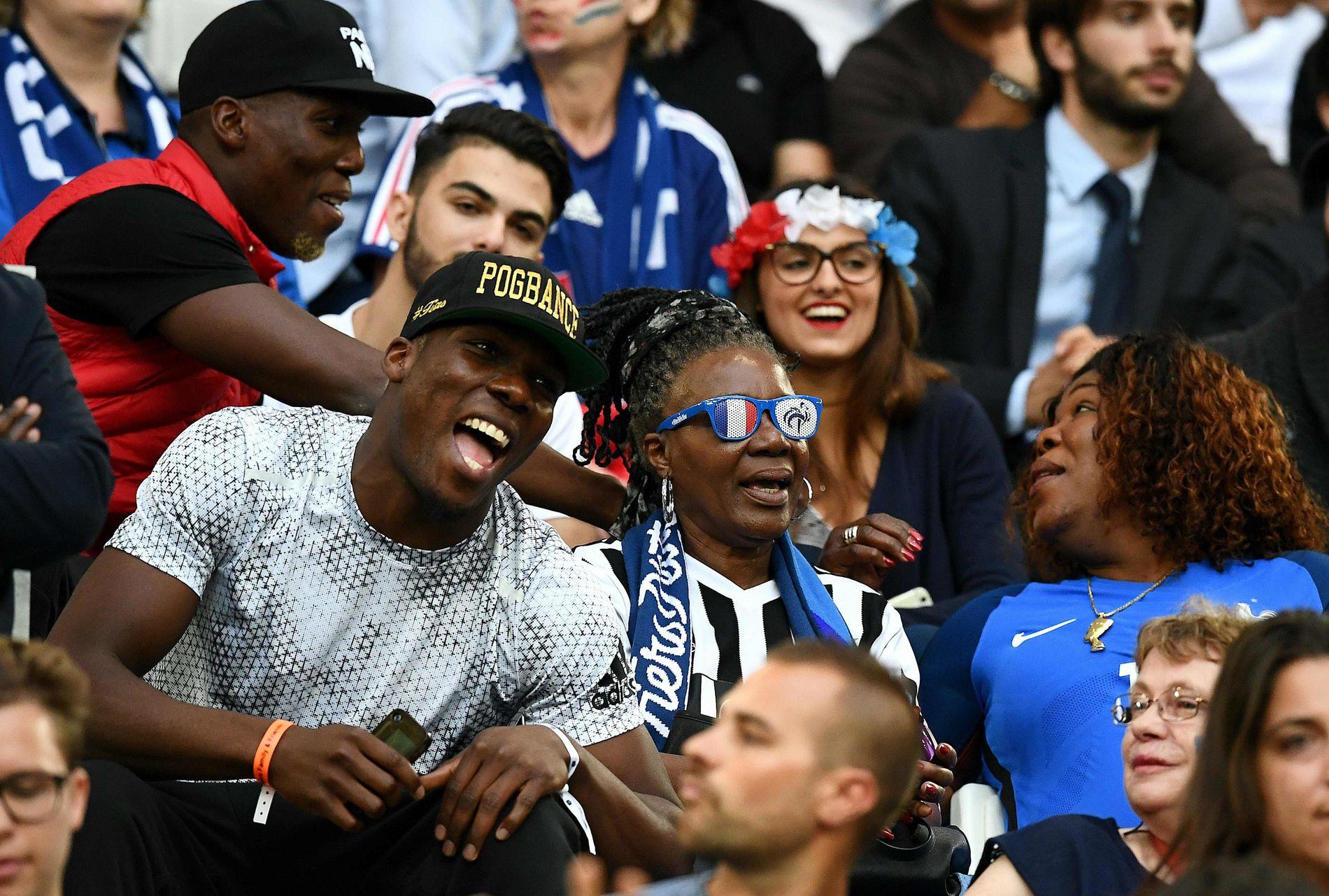 FOTBALLFAMILIE: Her er familien Pogba på tribunen for å heie på Paul under sommerens EM i Frankrike. Fra venstre: Florentin, Mathias og mor Yeo Moriba.