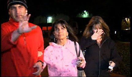 PÅ SYKEHUSBESØK: Her er moren til Britney Spears på vei til sykehuset for å besøke datteren. Lynne Spears (i midten) fortalte journalistene at datteren hvilte. Foto: AP
