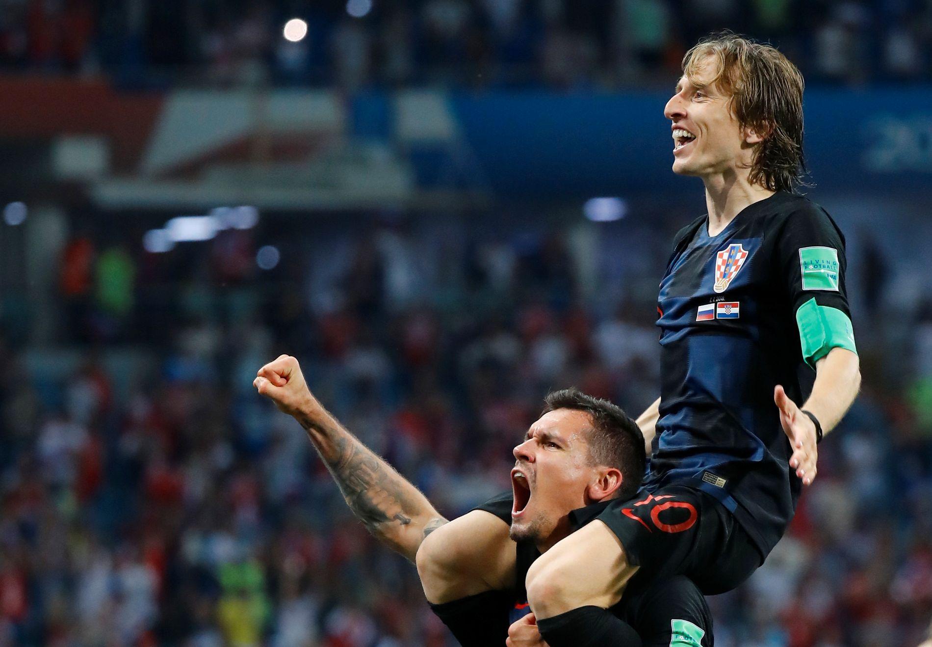 BÆRER PÅ NOE STORT: Dejan Lovren med den lille magikeren Luka Modric på ryggen etter seieren over Russland.