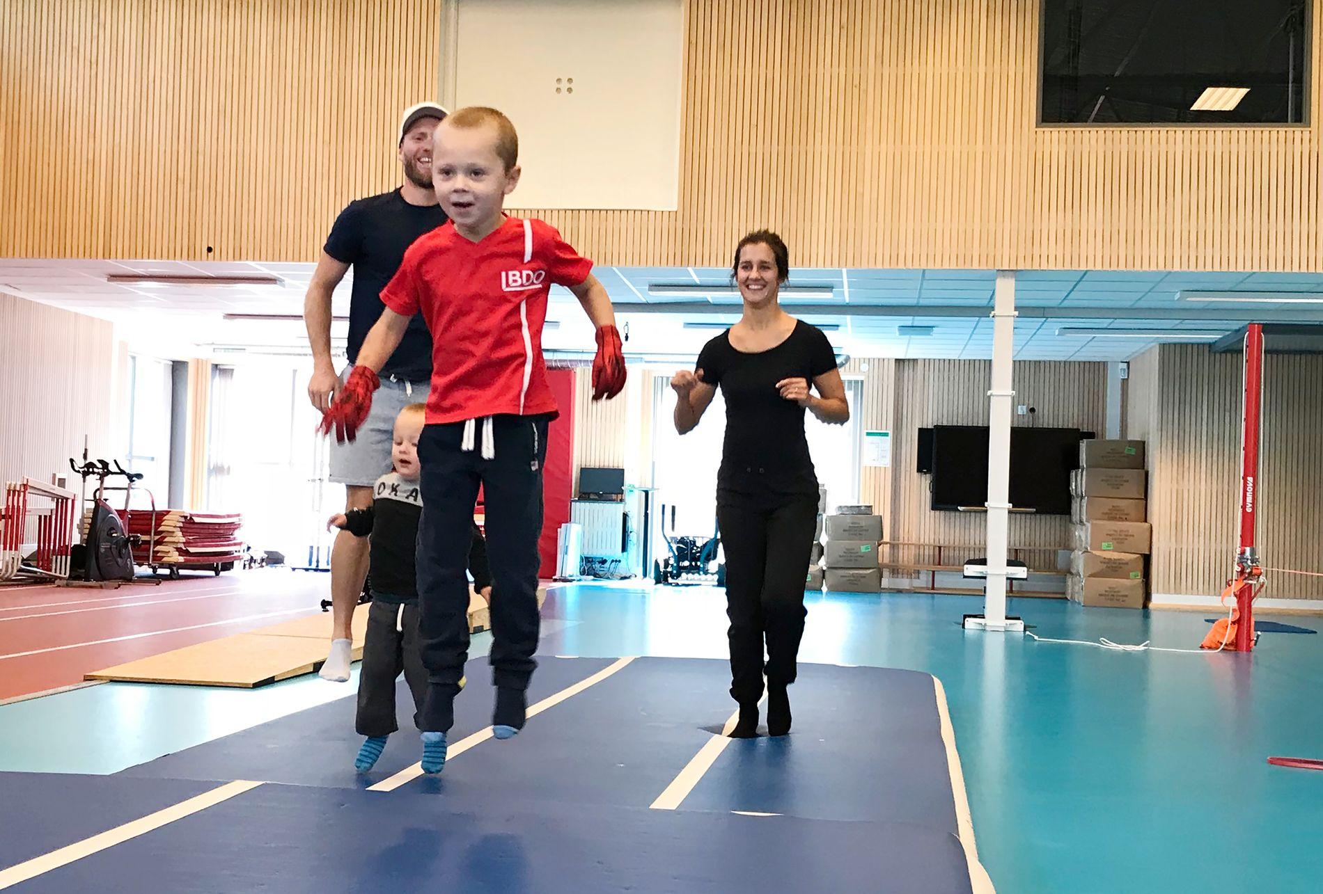 FAMILIETID: Martin Johnsrud Sundby hadde med seg kona Marieke og sønnene Markus (foran) og Max på Toppidrettssenteret. Det ble også tid til litt lek i den nye turnhallen.