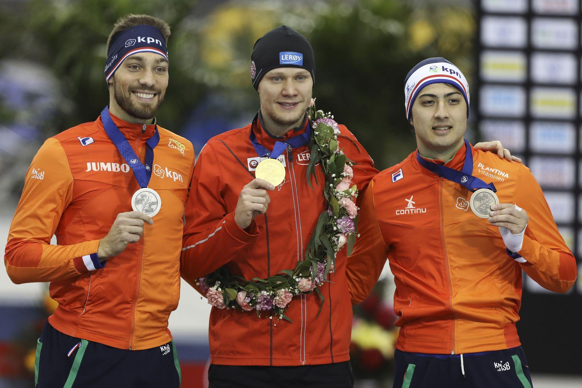 USUAL SUSPECTS: Håvard Lorentzen ble sprintverdensmester sammenlagt i Kina i fjor, et par uker etter at han hadde vunnet OL-gull på 500 meter. Til venstre Nederlands sølvvinner Kjeld Nuis, til høyre hans landsmann Kai Verbij.
