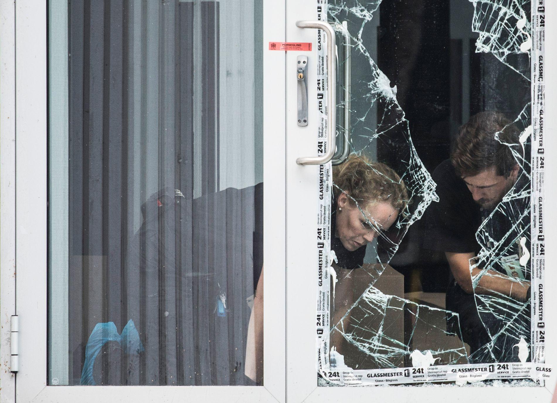 ÅSTEDET: Politiet gjorde tirsdag undersøkelser ved den knuste glassdøren.