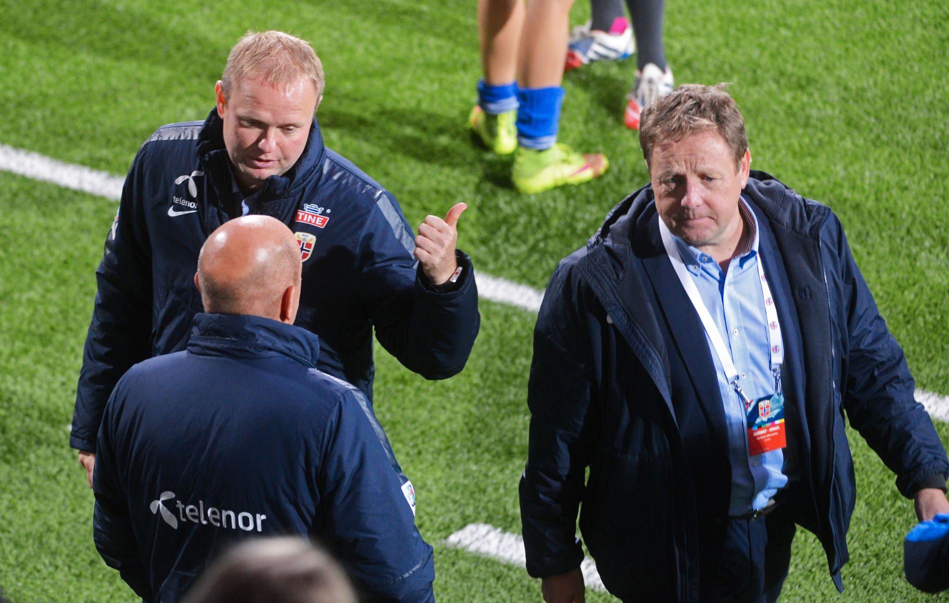 SISTE DAG PÅ JOBB: Landslagssjef Roger Finjord tar en prat med toppfotballsjef Nils Johan Semb og visepresident i NFF, Bjarne Berntsen (t.h.) etter 5-0-seieren mot Israel på mandag. Dagen etter ble det kjent at Finjord trakk seg som landslagstrener.