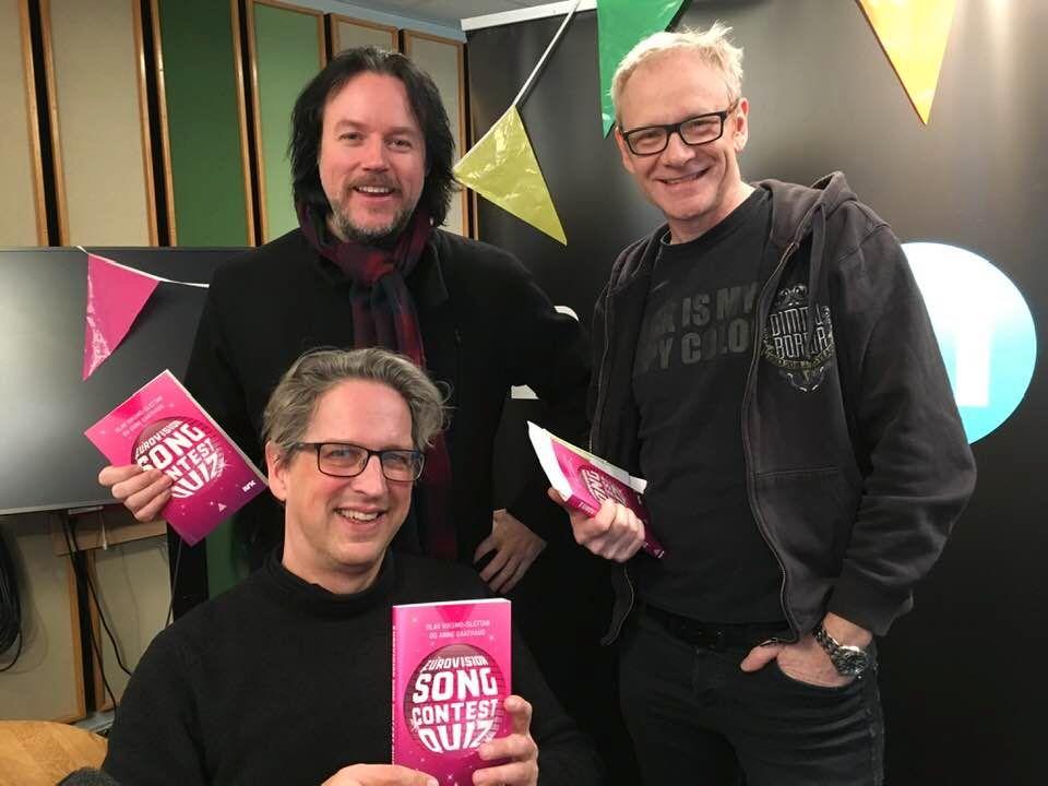 FERSK QUIZ-BOK: I sin nye Eurovision Song Contest Quiz-bok har Olav Viksmo Slettan gjestespørsmål fra alle norske deltakere fra 2010 til 2018, samt fra MGP-general Stig Karlsen (bak til venstre) og P1-kommentator Ole Christian Øen.