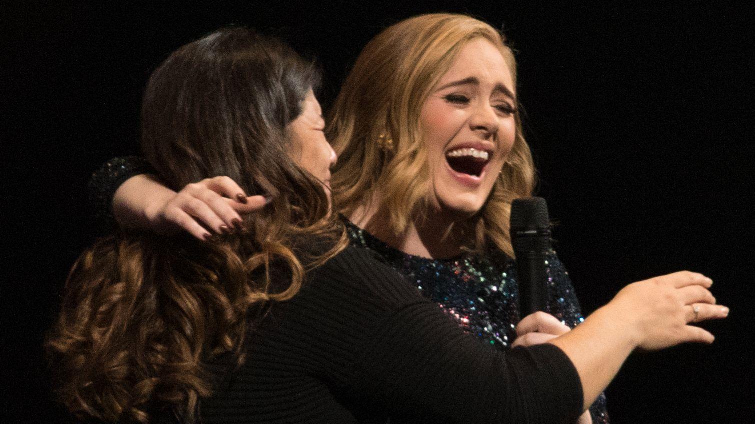 LYKKELIG: En kvinne fikk et stort øyeblikk på scenen sammen med Adele under konserten på Telenor Arena søndag kveld.