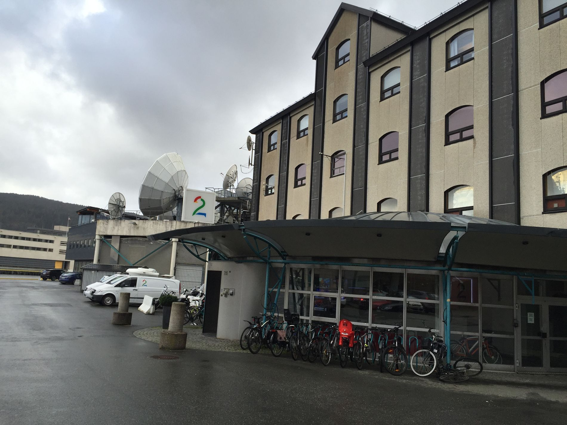 HOVEDKONTOR: Det er gråværsskyer over TV 2-bygget på Nøstet torsdag formiddag. Både bokstavelig talt og i overført betyding.