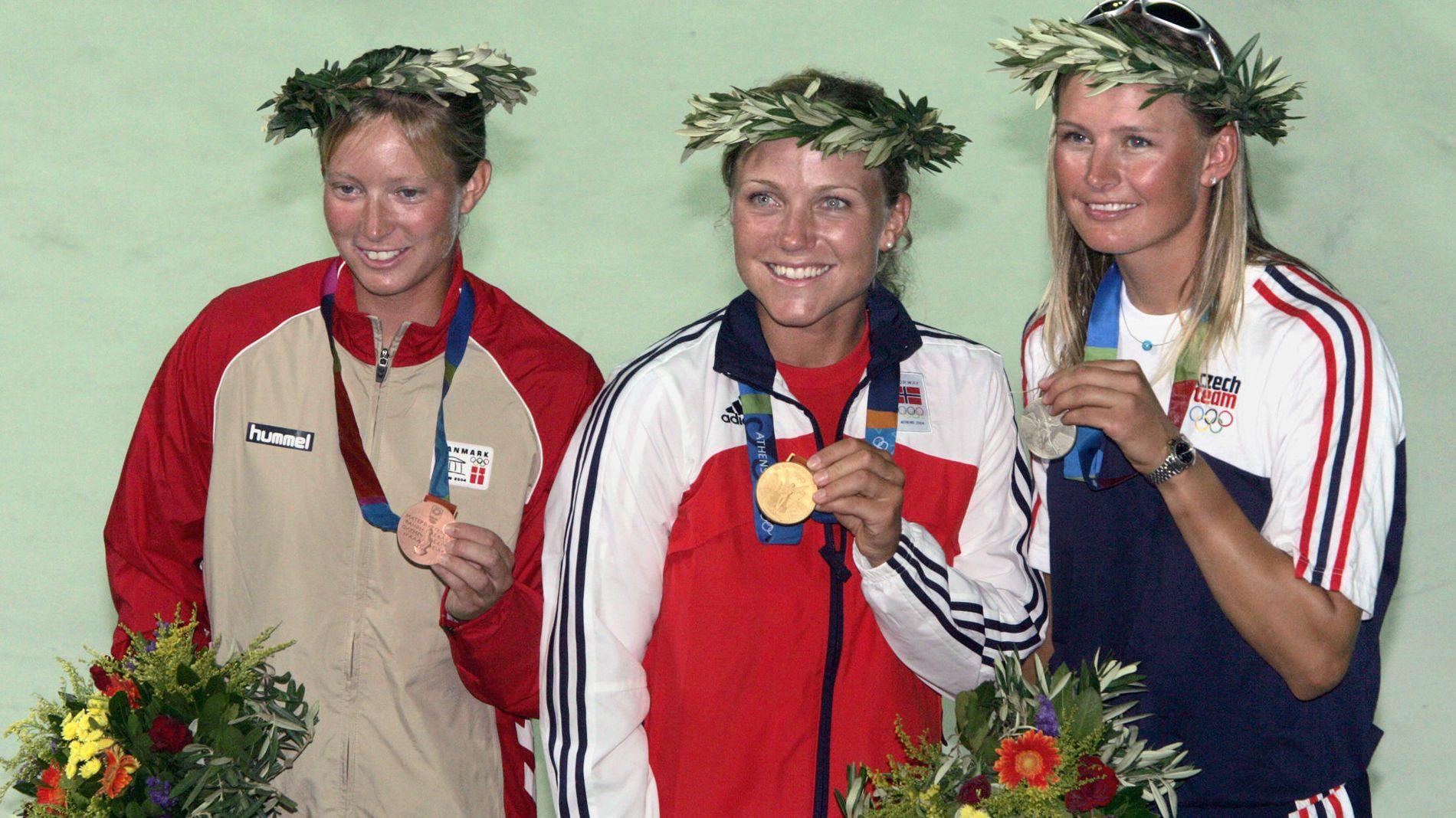 GULLVINNER: Siren Sundby (i midten) vant i 2004 OL-gull i seiling i Aten. Her med bronsjemedaljør Signe Livbjerg (t.v.) fra Danmark og  sølvmedaljør Lenka Smidova (t.h.) fra Tsjekkia.