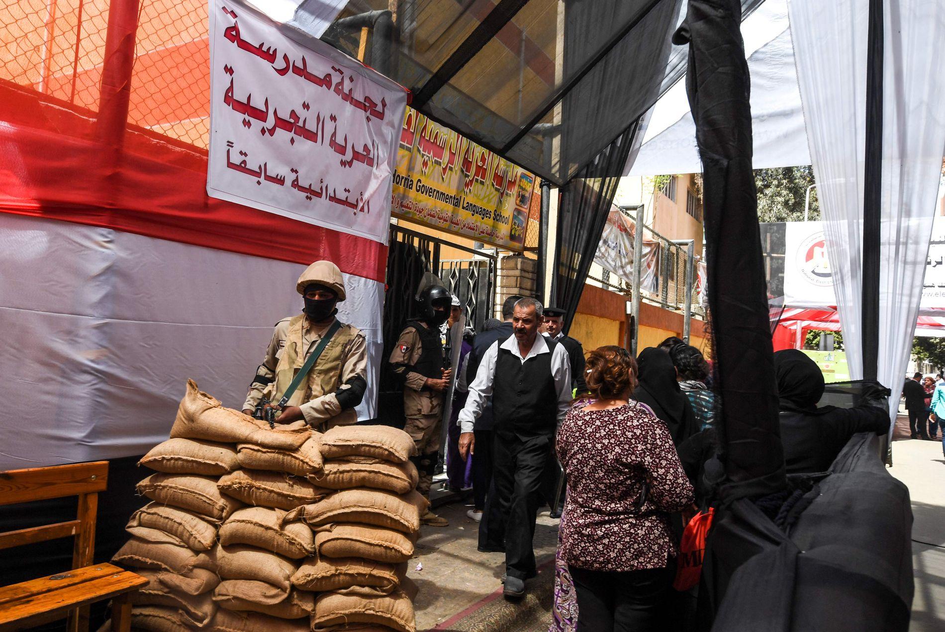 VALGET VOKTES:Velgere i kø utenfor et valglokale i det sentrale Kairo.