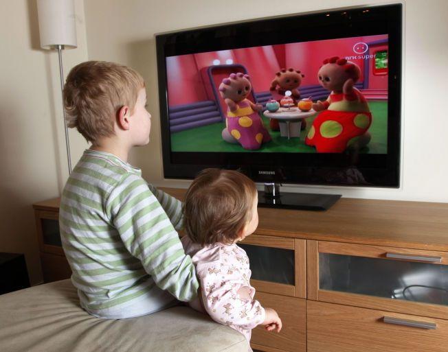 MÅ SKRUS AV: Forskning har lenge vist at for mye TV-titting kan være uheldig for barns utvikling. De siste årene har stadig flere studier i tillegg konkludert med at det også kan være skadelig for barna om for eksempel nyhetene står på i bakgrunnen. Foto: Erik Johansen / Scanpix