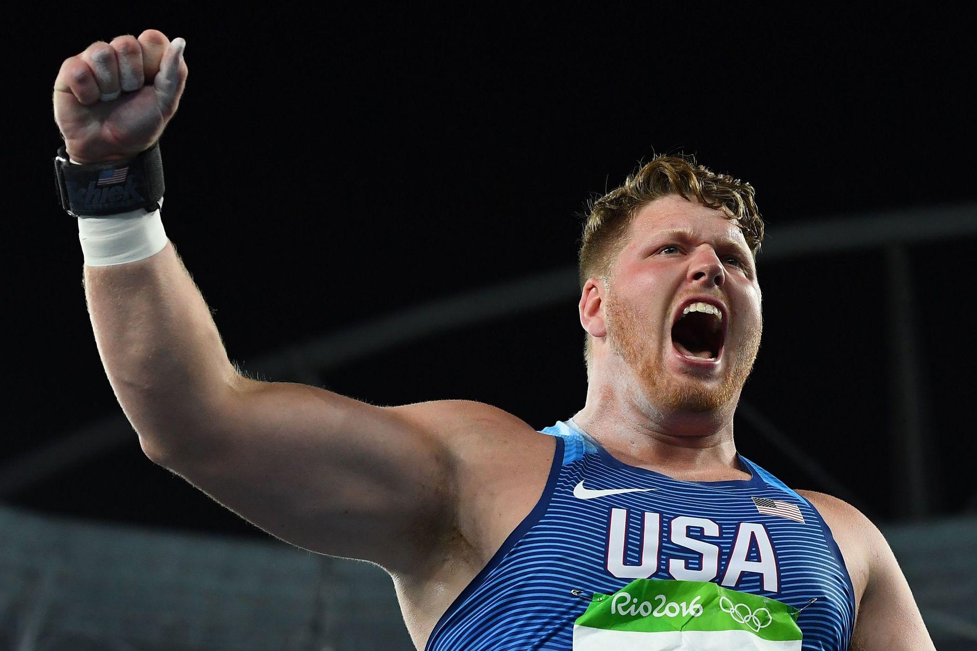 JUBELBRØL: Ryan Crouser feirer etter å ha sikret sitt OL-gull.