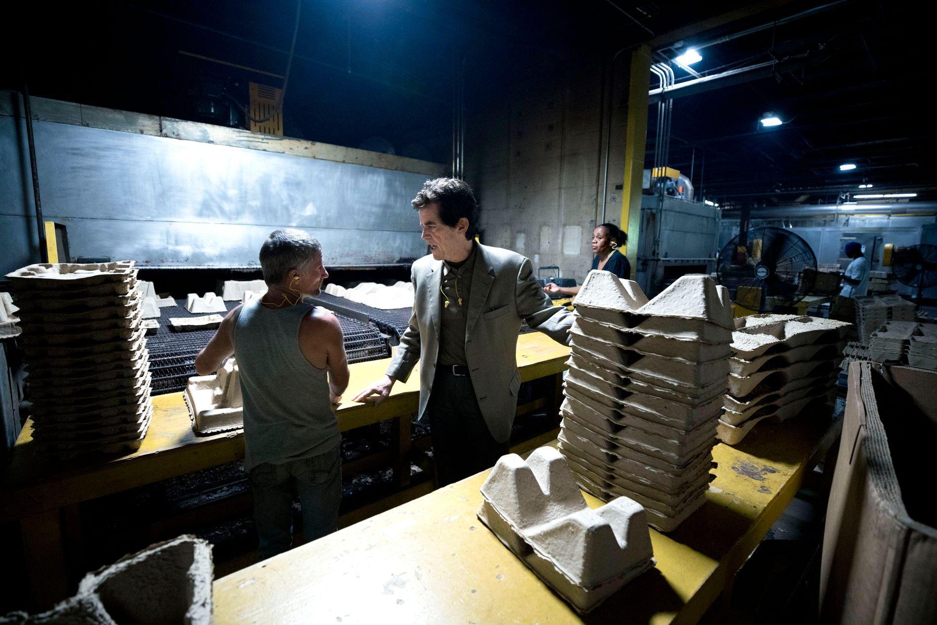 140 ANSATTE: Doug Henry slår av en prat med en av sine rundt 140 ansatte. Det er nesten 40 varmegrader inne i fabrikken.