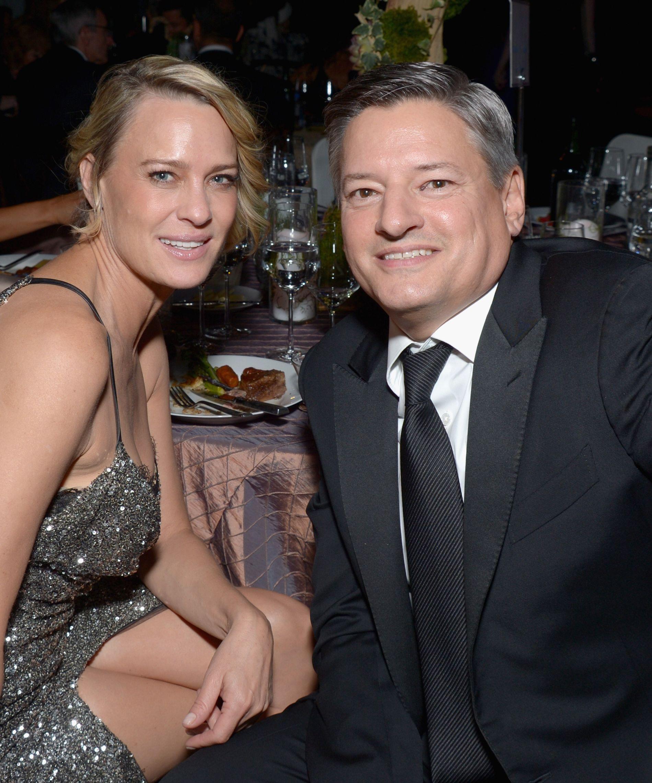 SJEF: Netflix-sjef Ted Sarandos med «House of Cards»-skuespiller Robin Wright på Emmy-fest i Los Angeles i september.