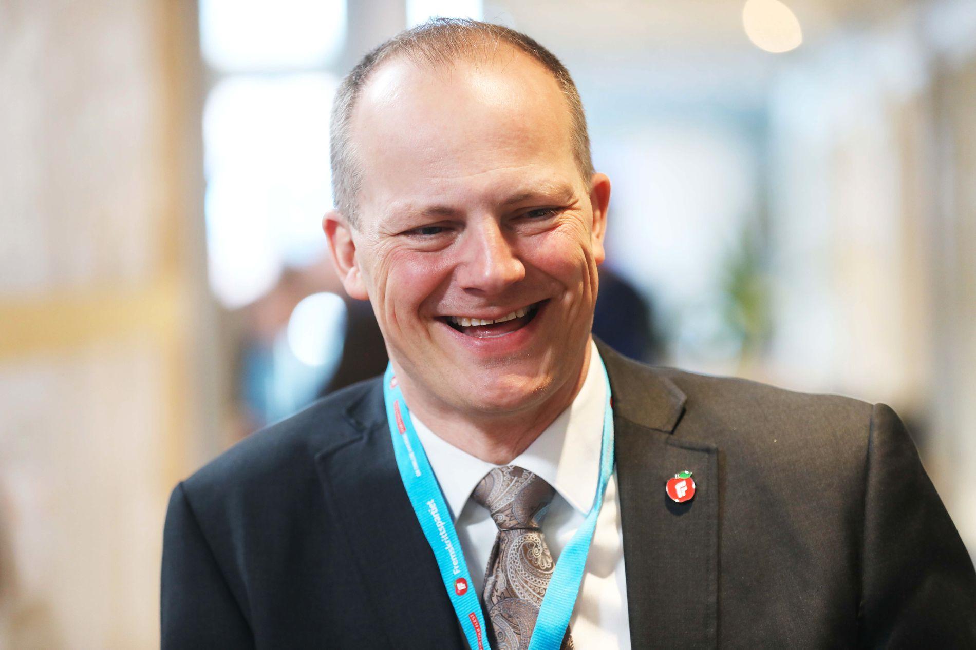 PENNEKRIG? Samferdselsminister Ketil Solvik-Olsen ble så opprørt at han prøvde å kaste en penn på sin egen partileder. Men han bommet.