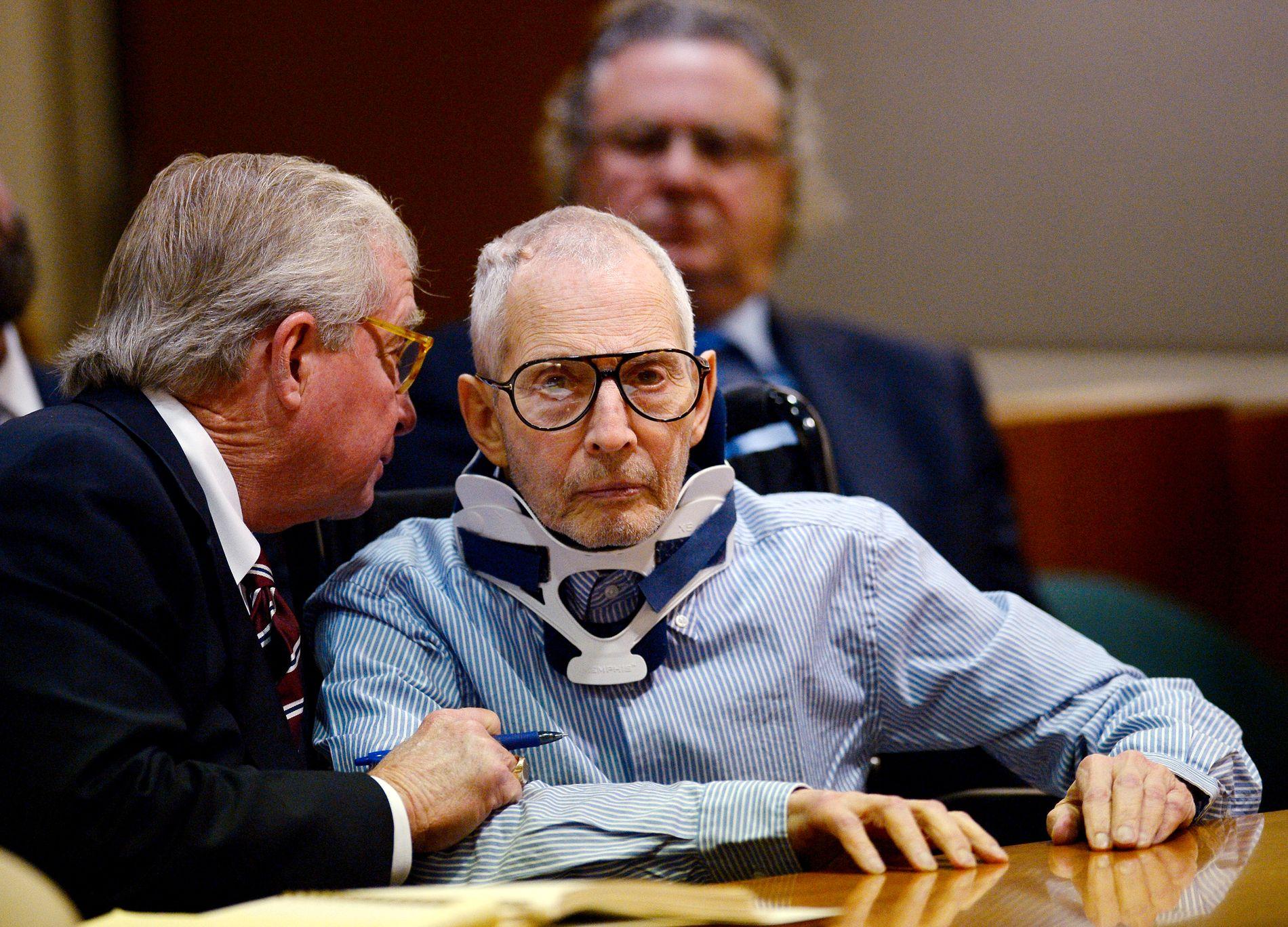 TILTALT FOR DRAP: Robert Durst (til høyre) ankom rettssalen i rullestol og nakkekrage under den første rettshøringen i Los Angeles i november. Durst er tiltalt for å ha skutt og drept venninnen Susan Berman, angivelig fordi hun visste noe om hvordan hans kone forsvant i 1982.
