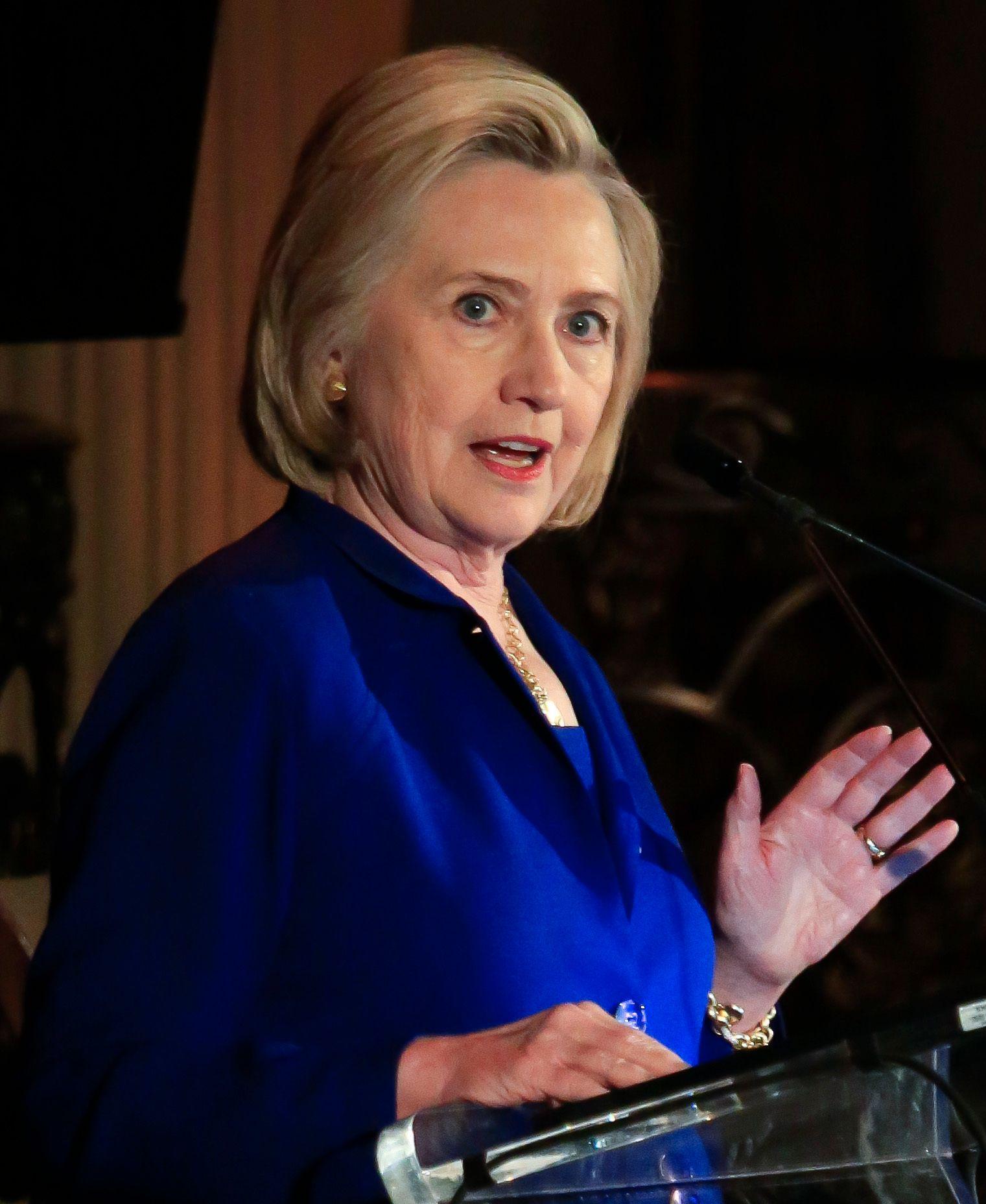 OPPRØRT: Hillary Clinton var tydelig opprørt over det som skjer på grensen mellom Mexico og USA i disse dager, under talen på et kvinneforum i New York mandag.