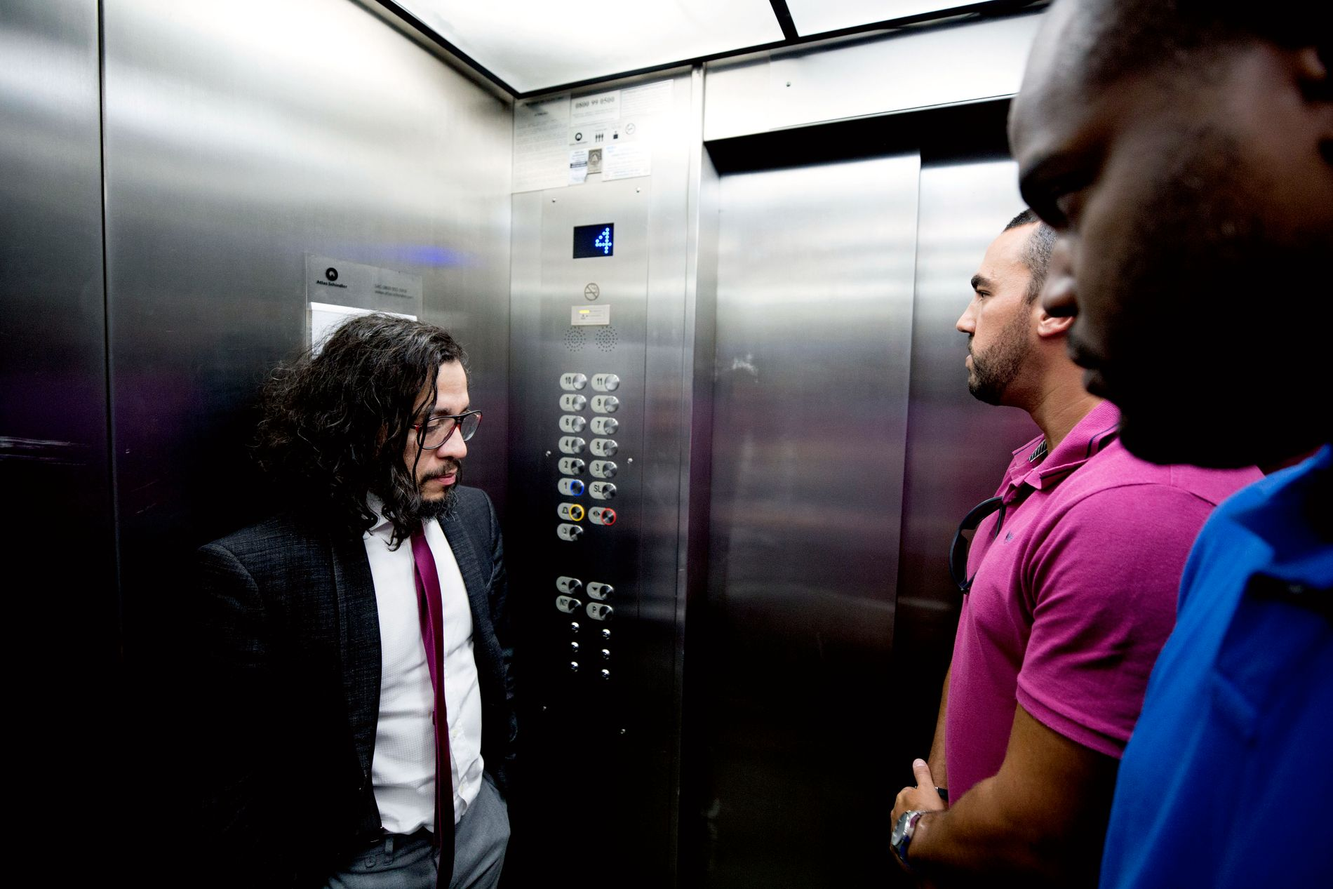FØLGES AV LIVVAKTER: To av livvaktene er med Jean Wyllys når han tar heisen i kontorbygningen i Rio de Janeiro.