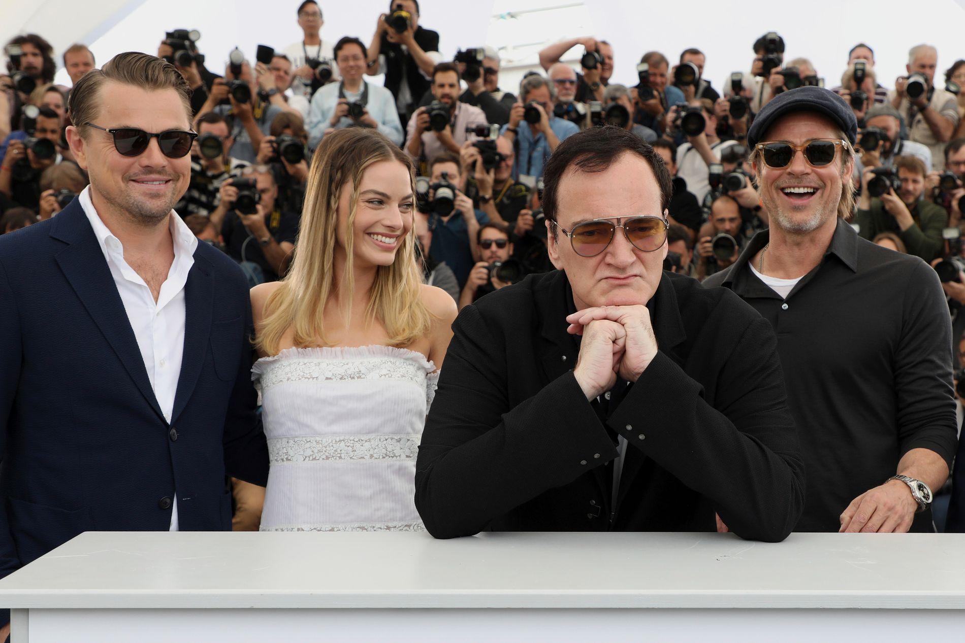 GJENGEN: F.v.: Leonardo DiCaprio, Margot Robbie, Quentin Tarantino og Brad Pitt i forbindelse med verdenspremiere på «Once Upon a Time in ... Hollywood» på filmfestivalen i Cannes i mai.