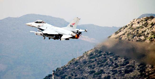 BLIR HJEMME: Her er et norsk F-16 fotografert på vei mot Libya under Operation Odyssey Dawn i 2011. De norske jagerflyene har vært i drift siden tidlig 80-tall, og Forsvaret jobber hardt for å holde nok fly i luften. Derfor blir det ingen norske jagerflybidrag i kampen mot IS.