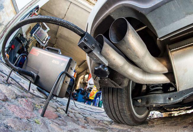 AVGASSMÅLING: Etter reparasjonen av nesten 11 millioner biler skal utslippene være i henhold til lovkravene. Her er en eksosmåling av en Golf 2,0 TDI diesel i en garasje i Frankfurt, tatt 1. oktober.