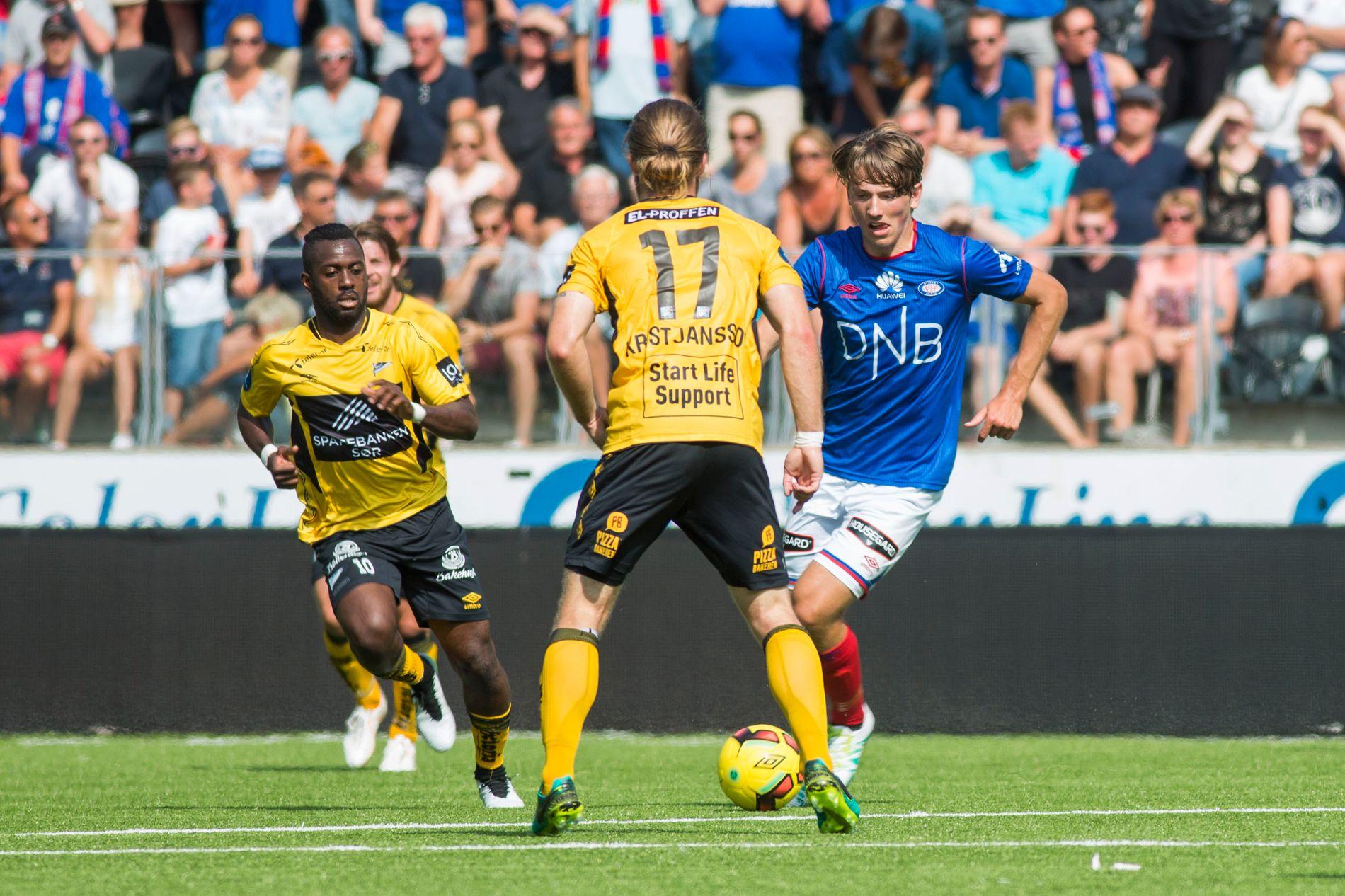 FÅR SKRYT: Vålerengas Sander Berge får skryt av sjefen etter kampen mot Start. Her i duell mot Starts Gudmundur Kristjnsson.