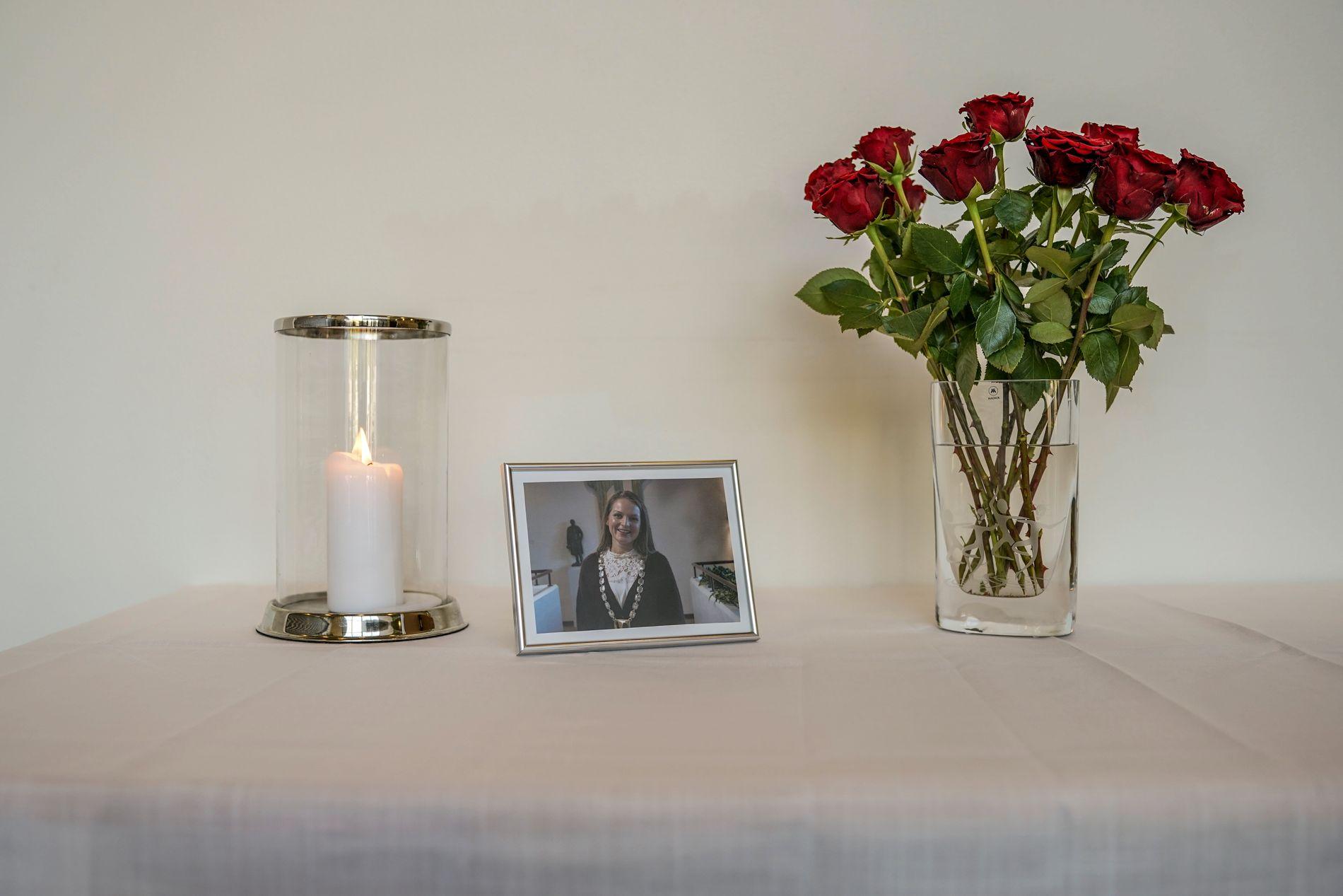 TENT LYS: Ved rådhusets inngang var det torsdag satt opp lys, blomster og et bilde av Ingrid Aune.
