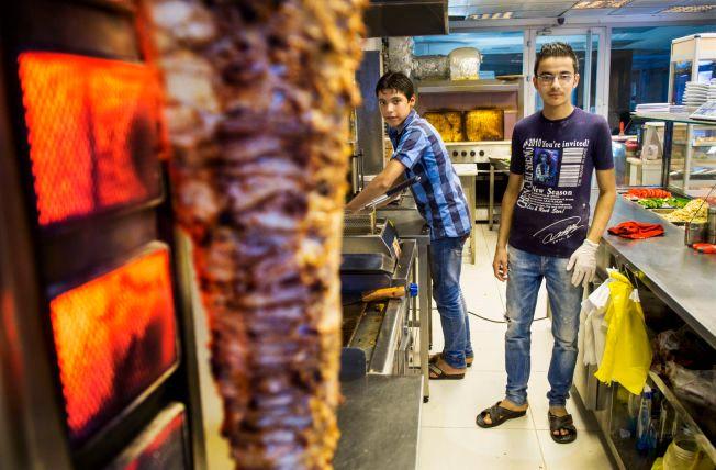 ARBEID: Syriske Tamer (16) og Alah (15) lager mat, vasker og rydder på et gatekjøkken i en drabantby utenfor Istanbul. En vanlig arbeidsdag er tolv timer lang.