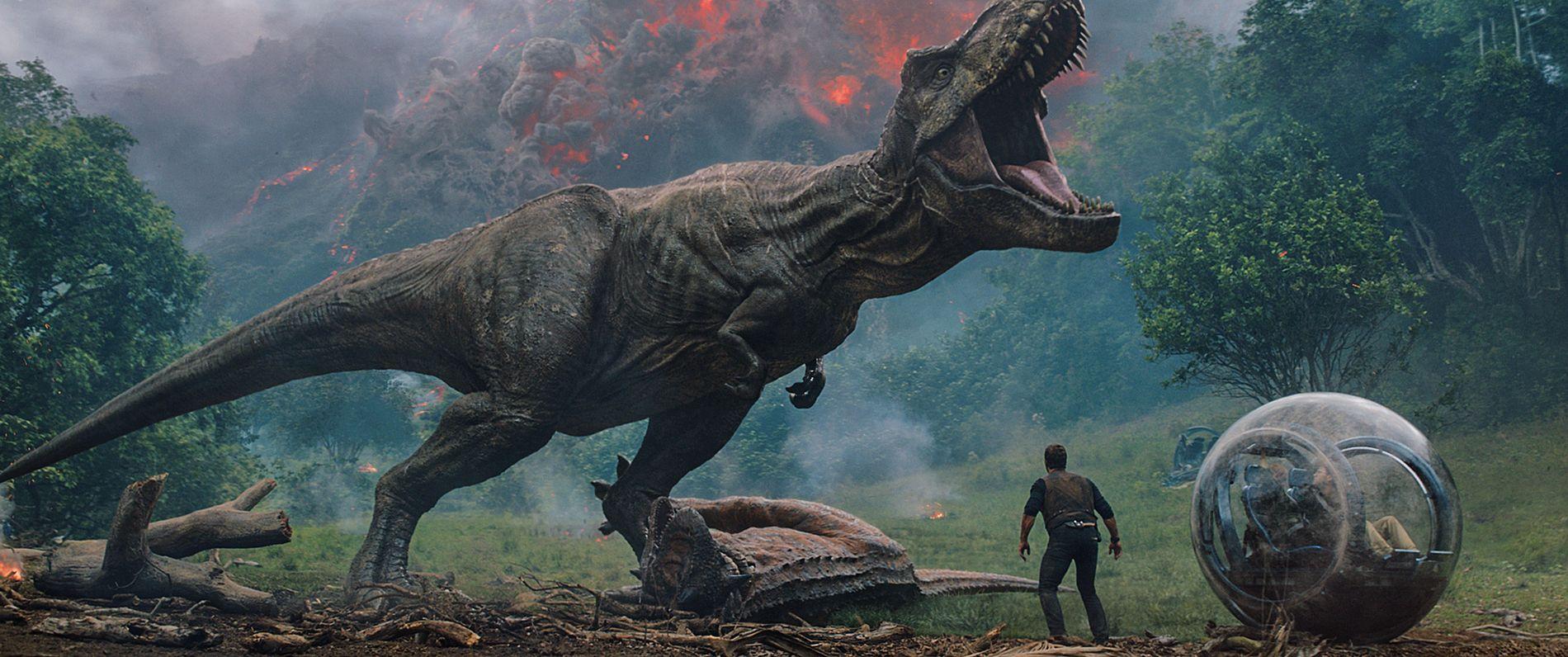 DETTE KAN BLI EN UTFORDRING: Chris Pratt (til høyre) og et stk. stort dyr i «Jurassic World: Fallen Kingdom».