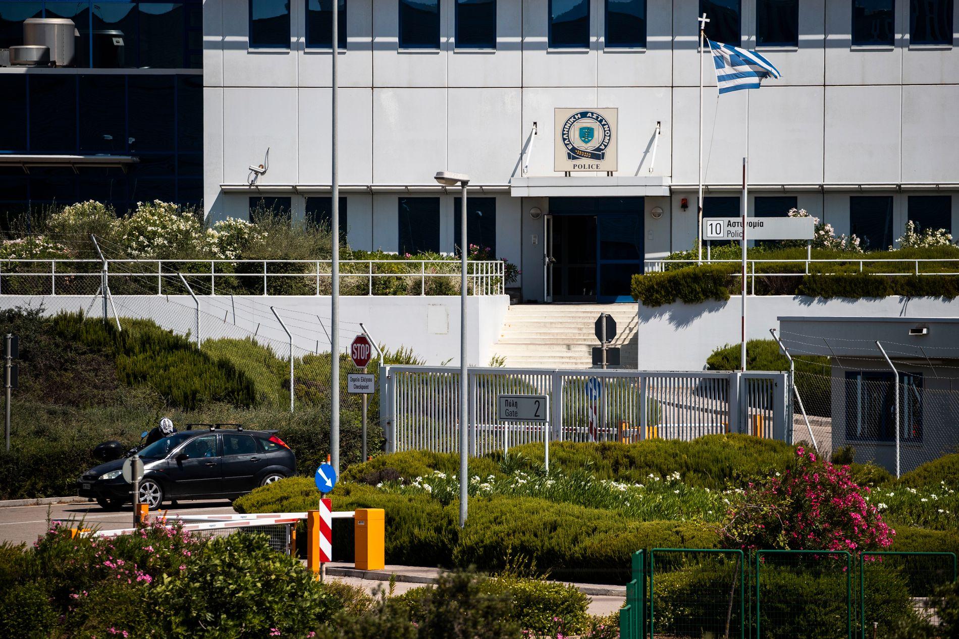 FENGSLET: Her på politistasjonen på flyplassen i Athen sitter Leviev fengslet.