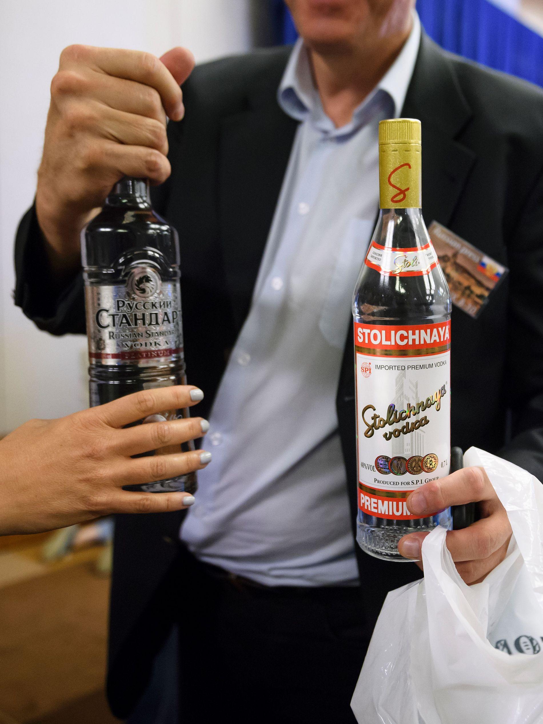 VILLE FEIRE?: Russlands utenriksminister Sergei Lavrov sendte ut vodka til journalistene som ventet etter hans samtaler med USAs utenriksminister John Kerry.