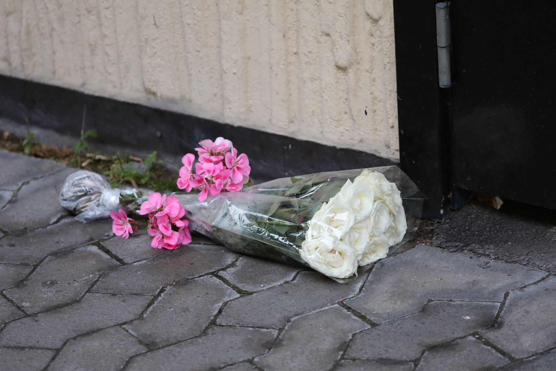 SORG: Det er lagt ned blomster ved boligblokken i Oslo. Både kamerater som bor i Oslo og lokalsamfunnet i Østfold er i sorg.