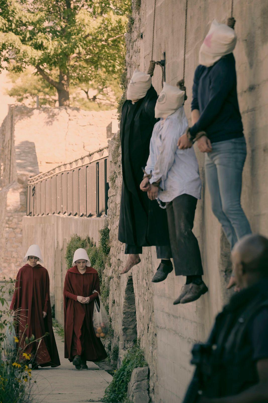 OFFENTLIGE HENRETTELSER: Ofglen (Alexis Bledel) og Offred (Elisabeth Moss) tar turen forbi hengte syndere.