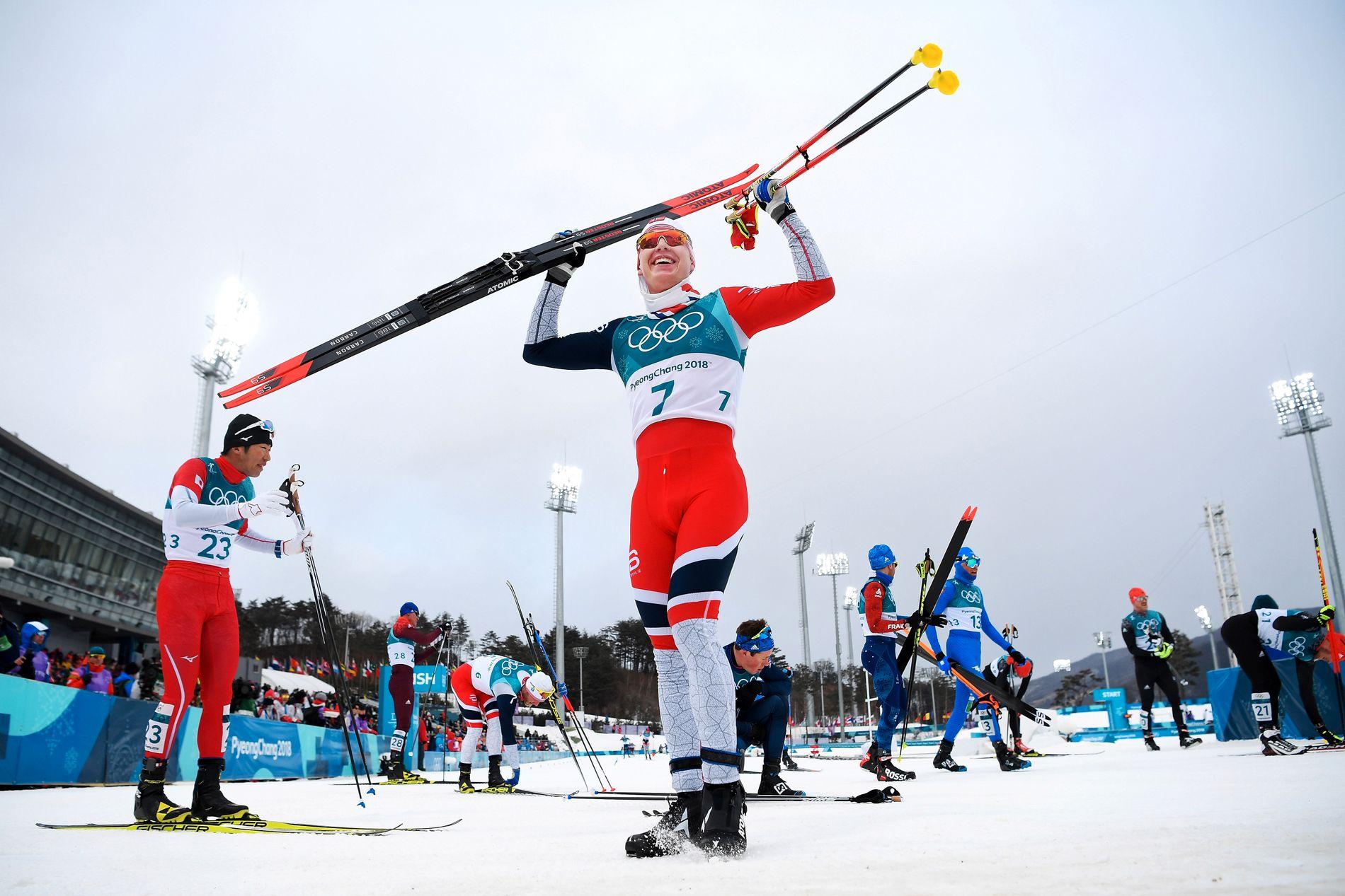 Simen Hegstad Krüger jubler i målområdet etter gullet på 30-kilometeren i OL.