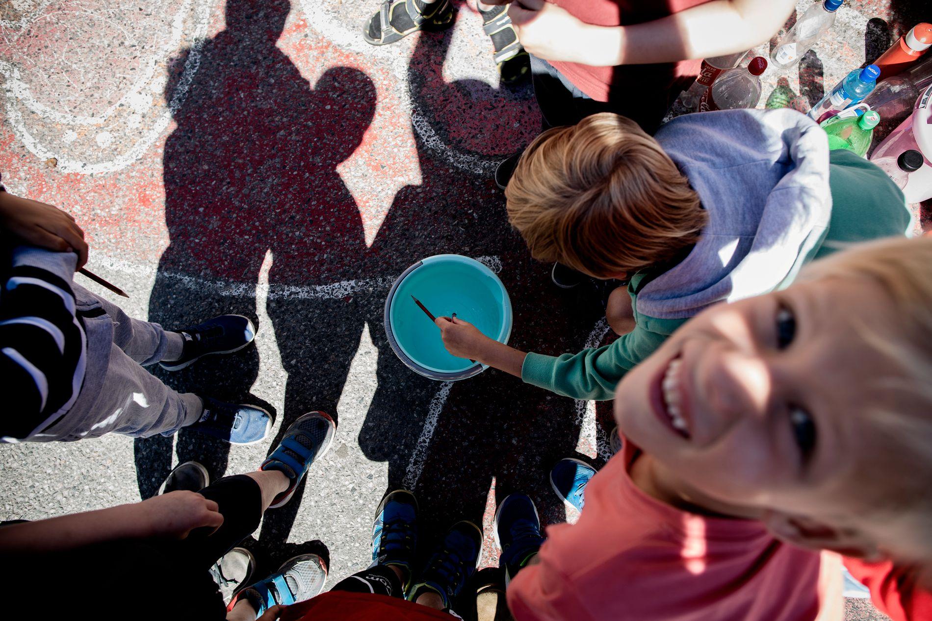 MALING: Guttene i Klasse 1a på Hønefoss skole trives med uteaktiviteter.