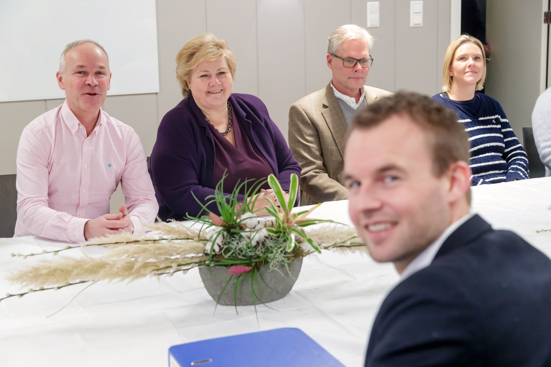FORHANDLER: Jan Tore Sanner (H) statsminister Erna Solberg (H), Hans Andreas Limi (Frp), Sylvi Listhaug (Frp) og Kjell Ingolf Ropstad (KrF) under forhandlingsutvalgets første møte under regjeringsforhandlingene på Granavolden Gjæstgiveri på Hadeland.