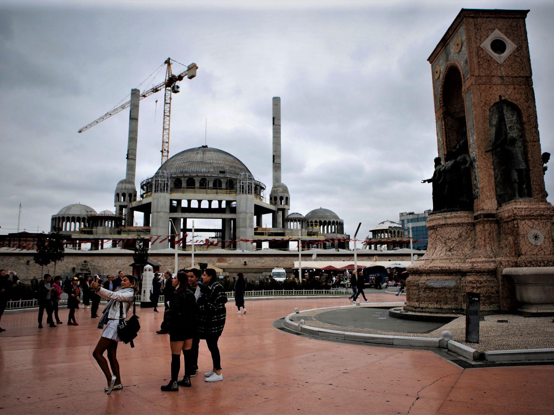 7508161a ISTANBUL (VG) Massive moskeer, hijabpress og innstramming mot alkohol.  Erdogans Tyrkia blir stadig mer islamsk.