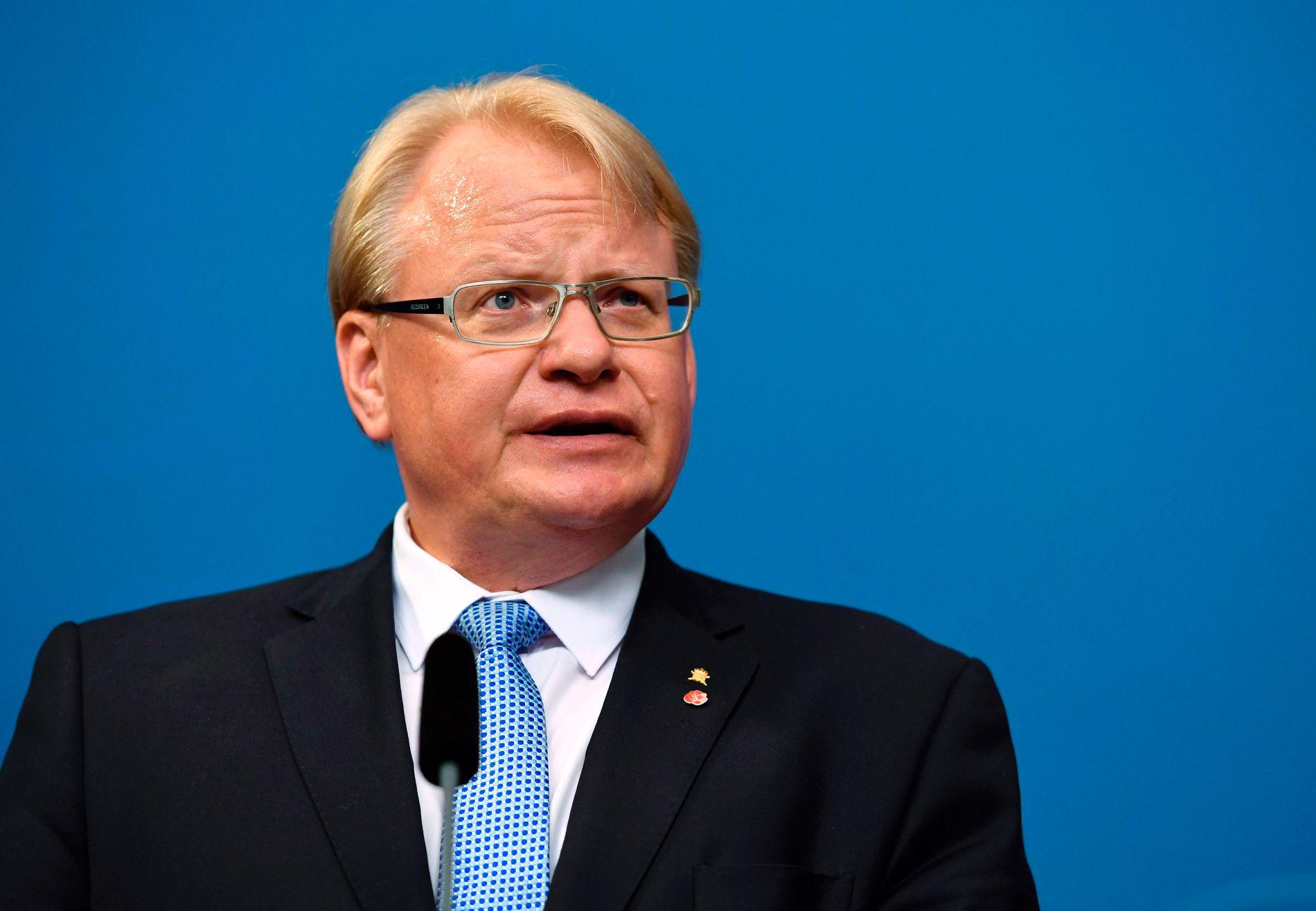 ALT HVILER PÅ HAM: Forsvarsminister Hultqvist går ikke av, selv om opposisjonen vurderer mistillitsforslag. Dersom opposisjonen går videre med mistillitsforslaget, kan de risikere å bli holdt ansvarlige for en regjeringskrise
