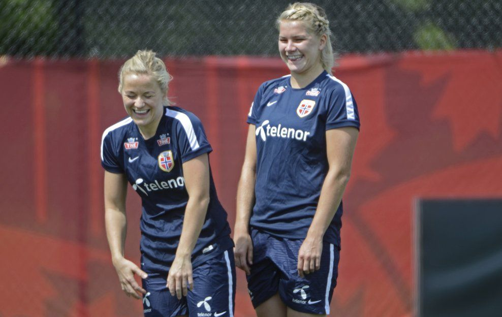 SPILTE SAMMEN: Lene Mykjåland og Ada Hegerberg har vært landslagsspillere sammen. Her er de under VM i Canada i 2015.