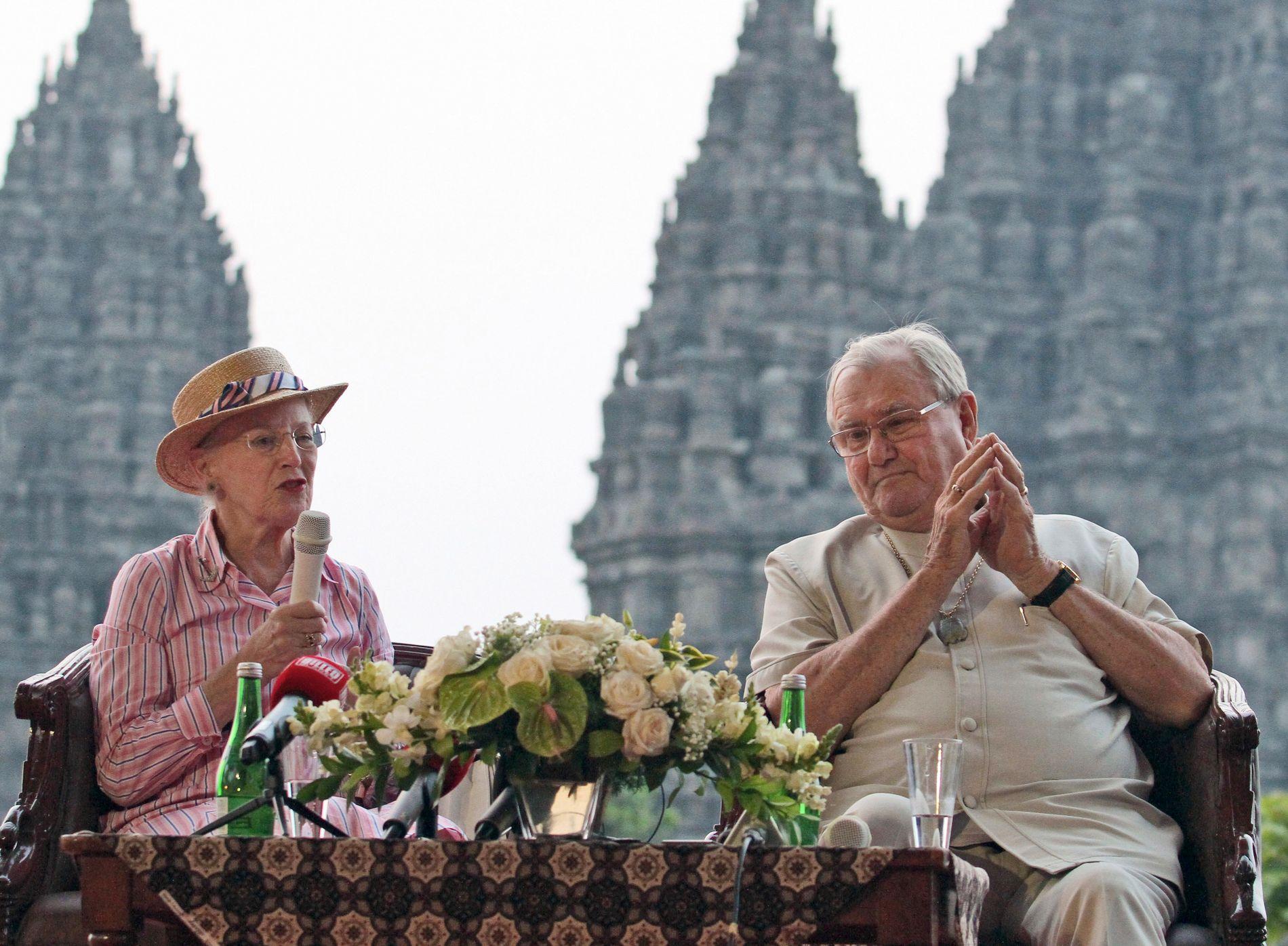 Dronning Margrethe og prins Henrik ved Prambanan i Yogyakarta i Indonesia i 2015.