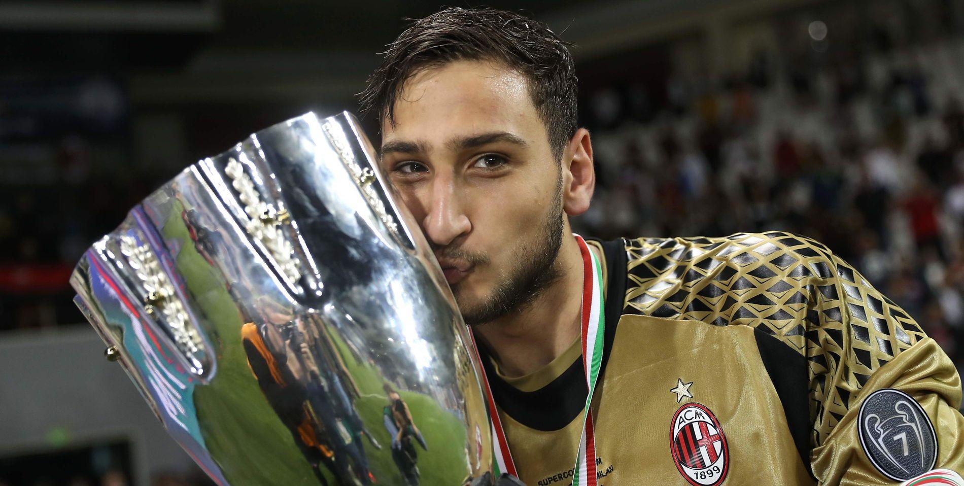 POSERER: Gianluigi Donnarumma jubler over sitt første trofé og Milans første siden 2011. Bildet er tatt etter at Milan vant italiensk Super Coppa lille julaften 2016.