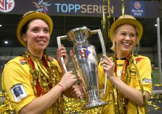 BØTTELØFTER: Celine Kommandantvold Pettersen, her sammen med Ingrid Moe Wold, feirer Toppserie-triumfen med Lillestrøm. Hennes 10. gull i karrieren.