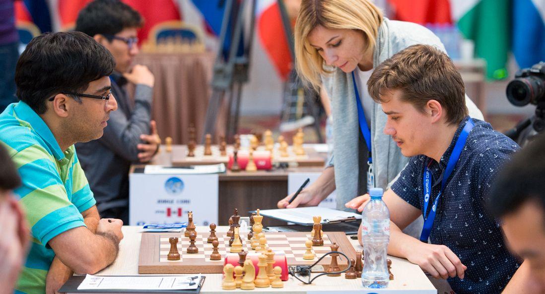 DRAMA: Anton Kovalyov (t.h.) i aksjon mot Viswanathan Anand (t.v.) tidligere i turneringen. Her er han ikledd den samme rutete shortsen som gjorde at han ble disket lørdag.
