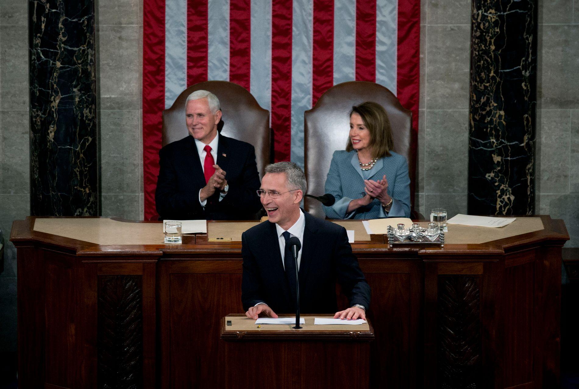 GOD STEMNING: Jens Stoltenberg fra talerstolen i USAs kongress med visepresident Mike Pence og Nancy Pelosi (D), som er leder i Representantenes Hus.