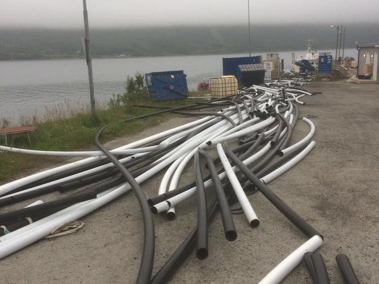 LEKKER: Arnold Jensen oppdaget at disse plastrørene fra et oppdrettsanlegg i Nord-Troms var svært nedslitte. Han tror utslippene utgjør en betydelig miljørisiko.