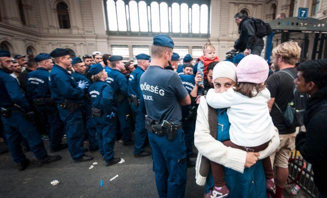 EN AV DE HELDIGE: En kvinne med et lite barn slapp forbi politistyrken på Keleti og satte seg på toget mot Tyskland.