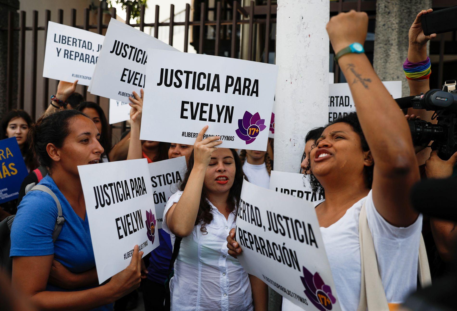 STØTTE: Mange har kjempet for den unge kvinnen som ble dømt til 30 år fengsel for å ha ha drept babyen sin som var dødfødt. Hun er ikke den eneste i El Salvador som går gjennom dette.