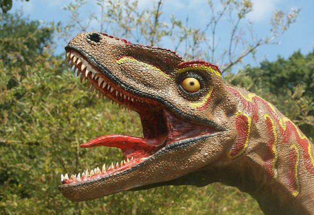 UKORREKT: Denne skulpturen viser en dinosaur som stikker ut tungen sin – noe som ikke stemmer overens med virkeligheten, ifølge forskerne ved University of Texas og Chinese Academy of Sciences.