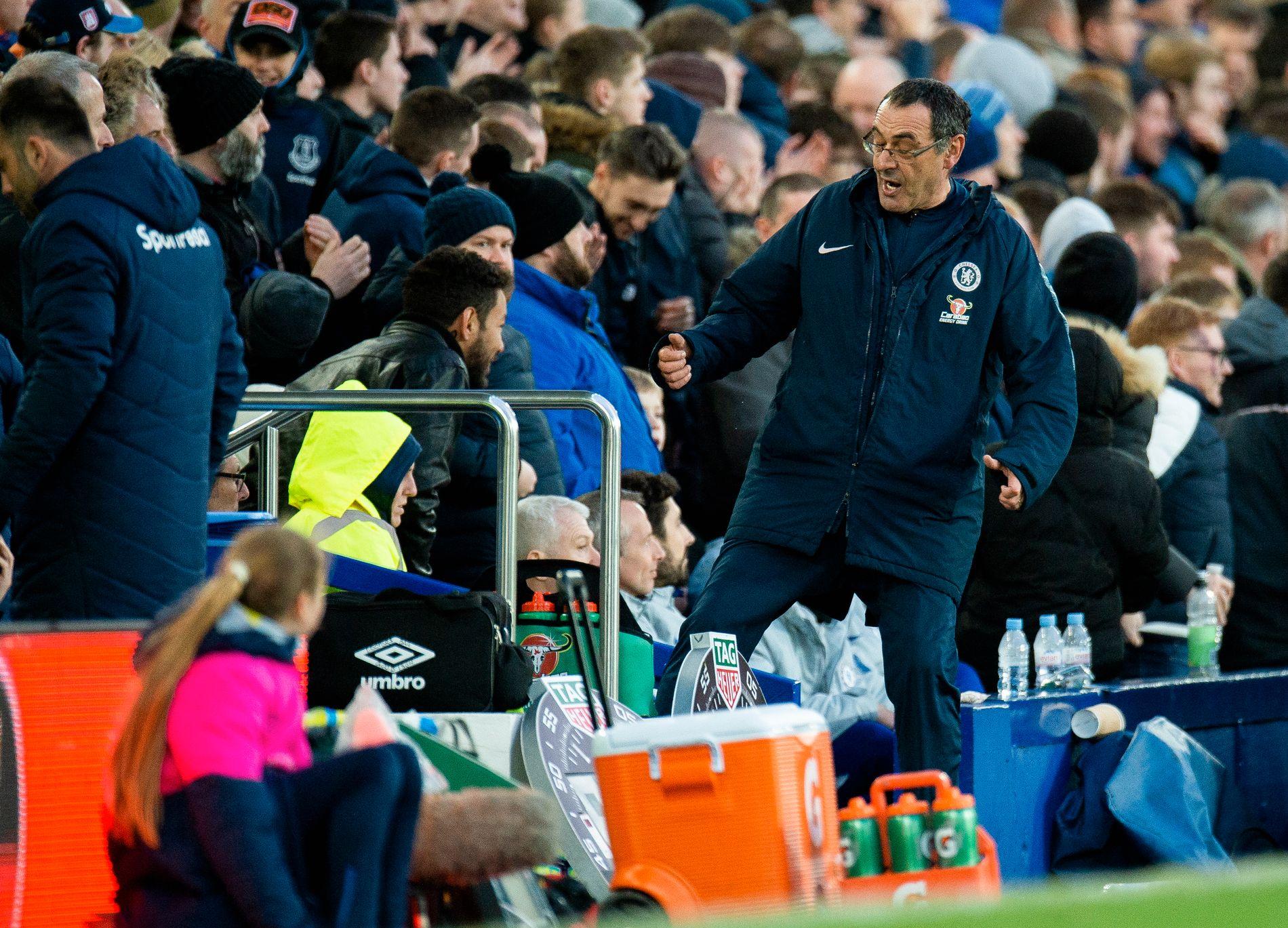 IRRITERT: Chelsea-trener Maurizio Sarri sparker en vannflaske etter at Everton scoret 2–0.